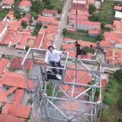 Após 24h, bombeiros resgatam de torre homem que pedia renúncia de Temer