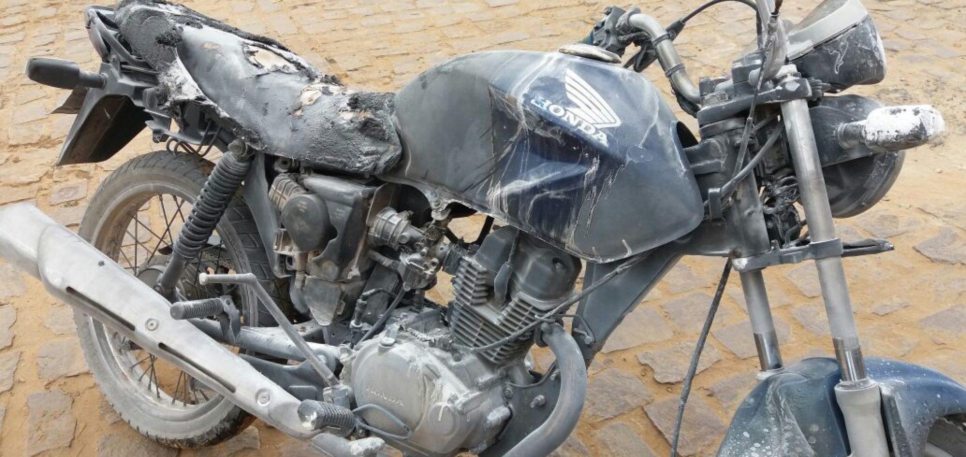 SIMÕES | Moto incendeia com criança na garupa em posto de combustível; assista vídeo