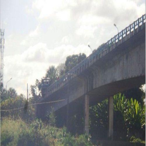 Homens caem de ponte após acidente em cidade do Piauí e passam bem