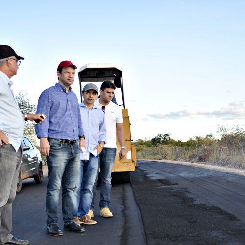 Diretor do DER visita obras de asfaltamento em Massapê do Piauí e destaca qualidade e agilidade