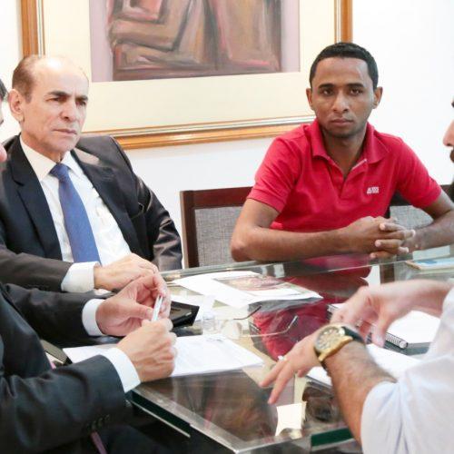 Prefeito de Jacobina do PI entrega projeto de asfaltamento ao governador Wellington Dias