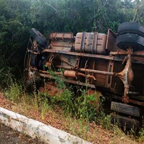 Caminhão carregado de frutas tomba em BR no Piauí
