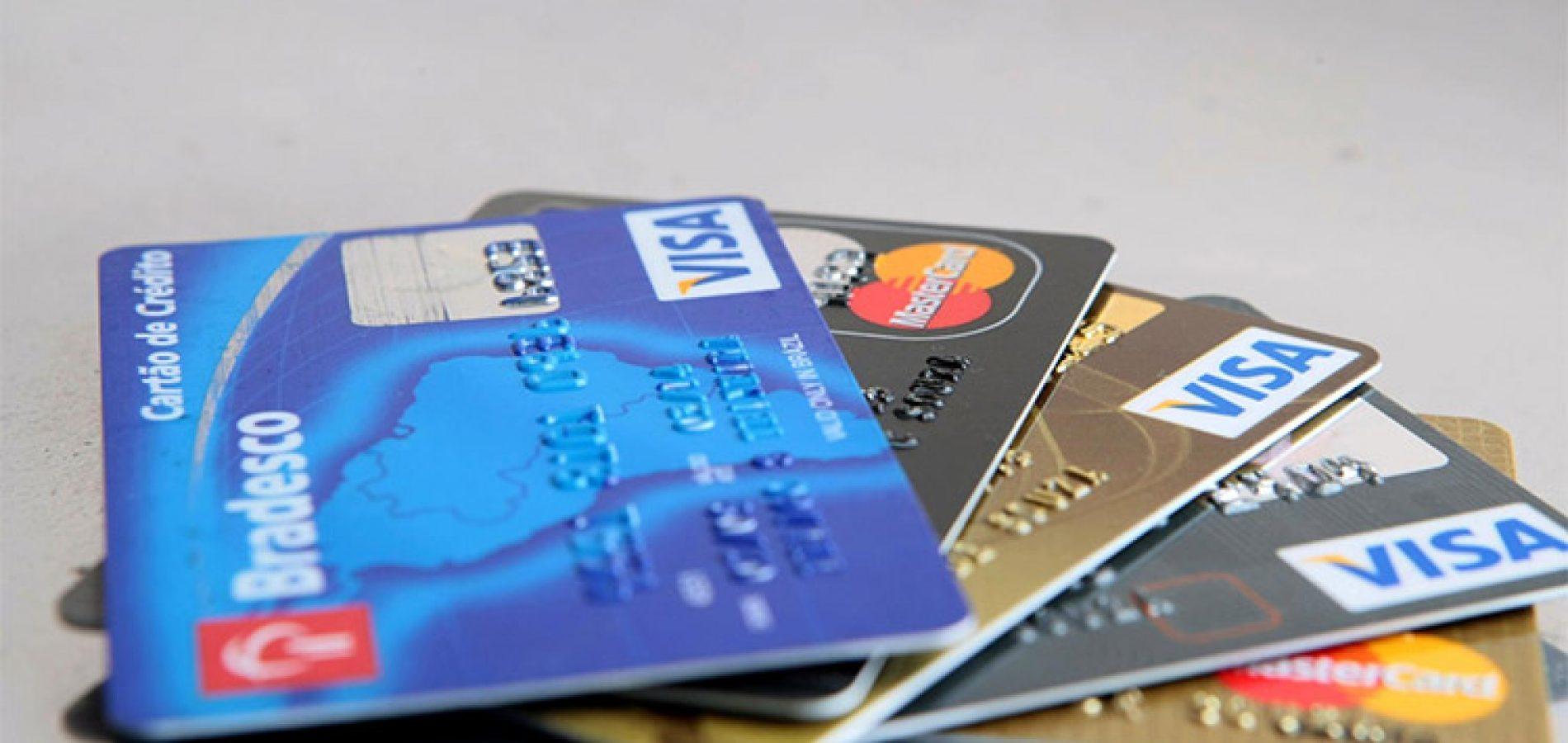 Bancos cortam cartões de clientes de baixa renda