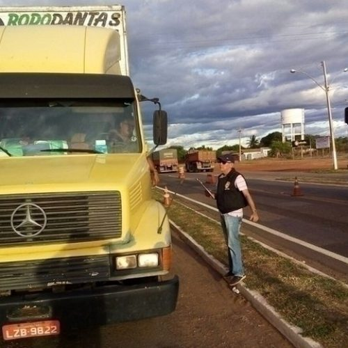 Imepi fiscaliza mais de 100 veículos e autua 20 por irregularidades nos cronotacógrafos em Picos