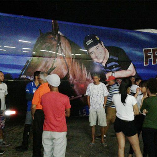 Ônibus do cantor Francis Lopes é atingido por tiros entre as cidades de Conceição do Canindé e Jacobina do Piauí
