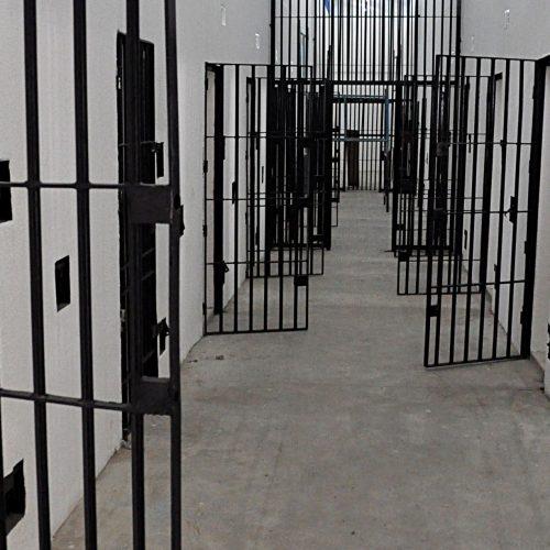 Agentes penitenciários são presos suspeitos de facilitar entrada de drogas e celular em presídio do Piauí
