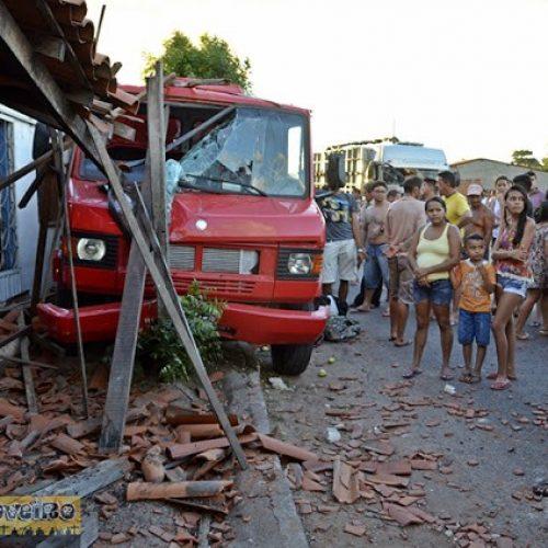 Colisão entre caminhões derruba fachada de casa e deixa 2 feridos