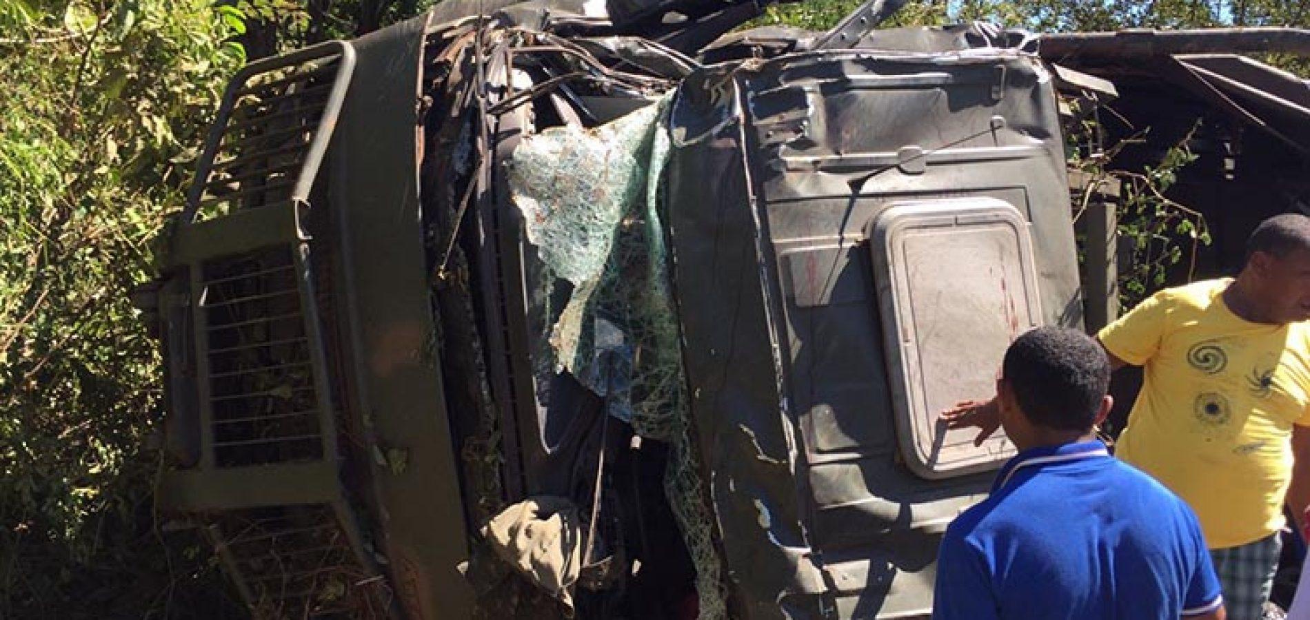 Caminhão do Exército com cerca de 30 militares tomba no Piauí e deixa um morto e vários feridos