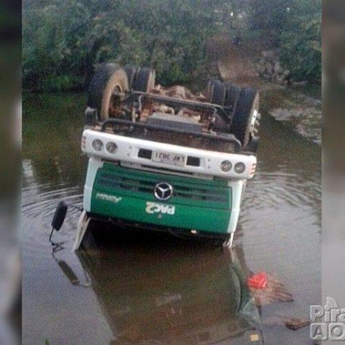 Caminhão pipa do PAC capota e cai em barragem no norte do Piauí