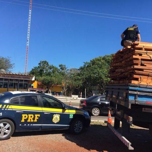 PRF apreende carga ilegal de madeira no interior do Estado