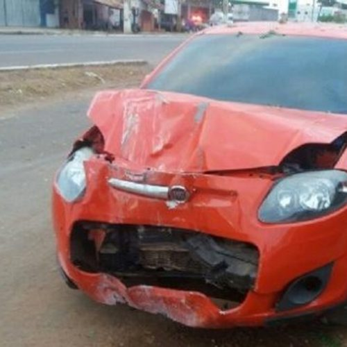 Motorista perde o controle, bate em árvore e derruba poste na BR-316