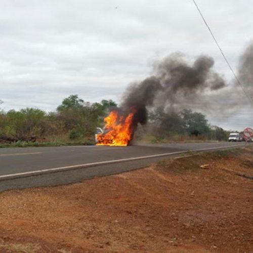 Carro de enfermeira pega fogo durante viagem na estrada de Bocaina