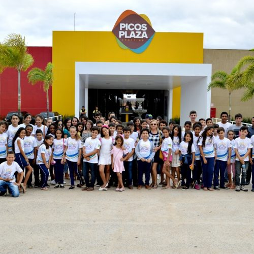 VILA NOVA | Educação leva alunos da Escola Sabino Gomes de Lima para sessão de cinema em Picos