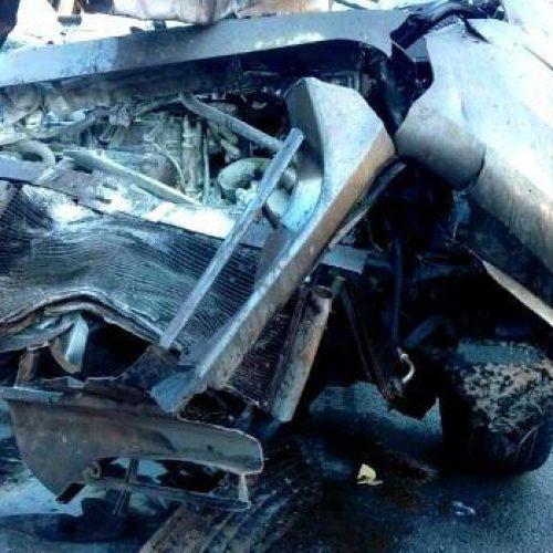 Veículo com três pessoas colide com carreta carregada de soja no Piauí