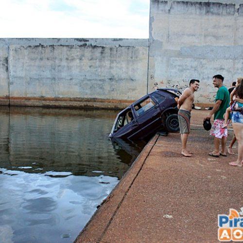 Carro desgovernado desvia de banhistas e cai em barragem no Piauí