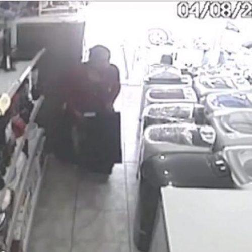 Mulher é flagrada ao furtar TV de loja e esconder em saia