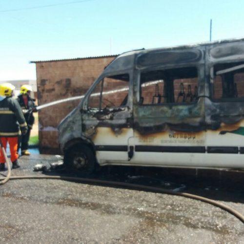 Van de transporte alternativo incendeia na cidade de Picos; veja fotos