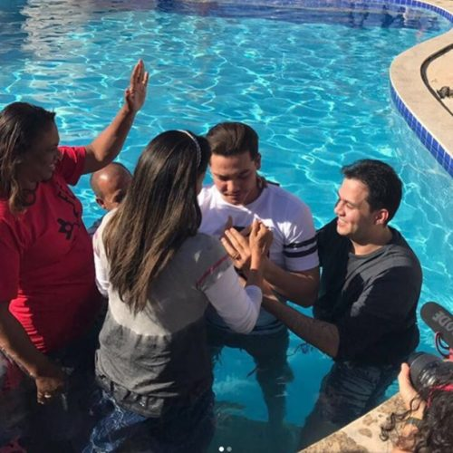 Wesley Safadão e esposa se batizam em igreja evangélica