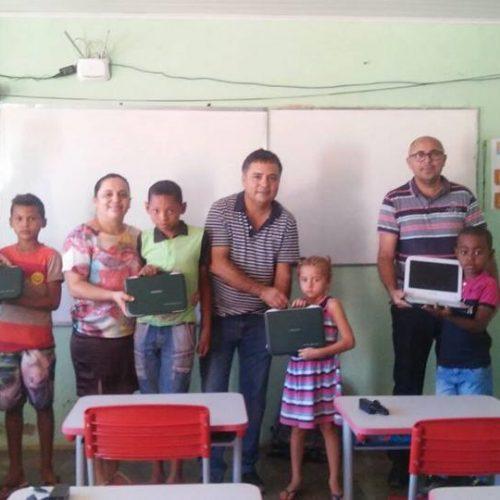 Prefeito Milton entrega 12 laptops para alunos de escola da zona rural de Vera Mendes