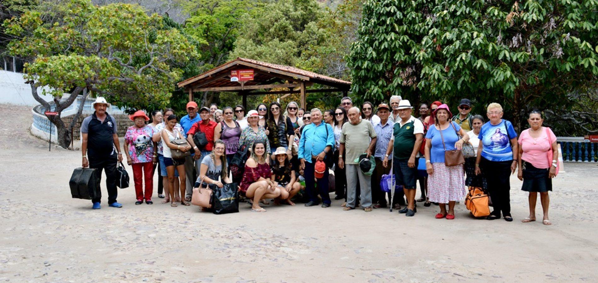 Assistência Social de Vila Nova promove viagem de lazer para idosos em balneário no Crato – CE; fotos