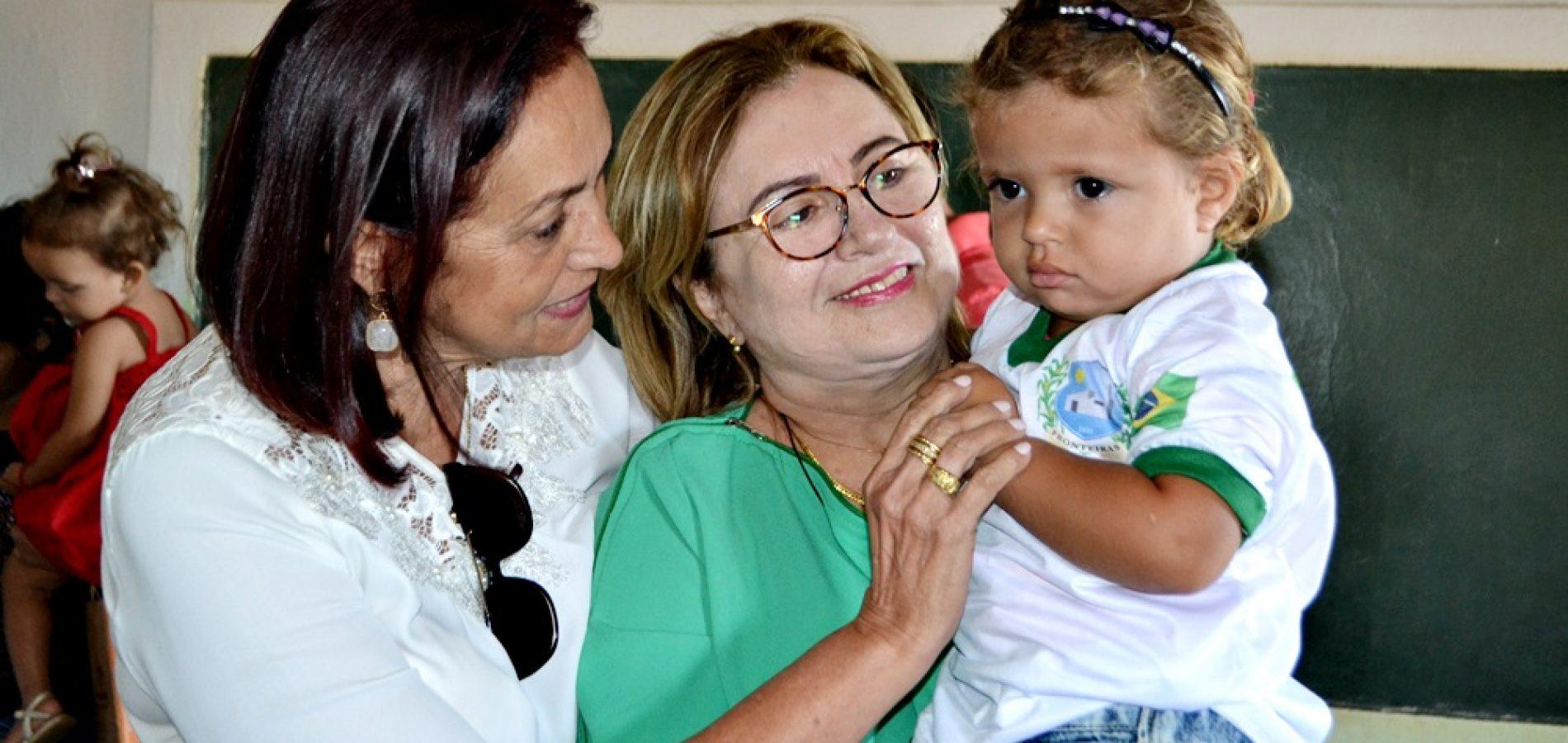 FRONTEIRAS | Em visita a Comunidade Alecrim prefeita e secretária de educação entregam fardamento escolar