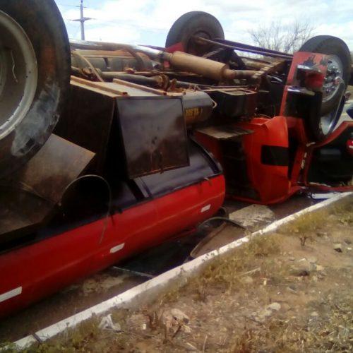 Caminhão pipa capota próximo a Paulistana e dois ficam feridos; veja fotos