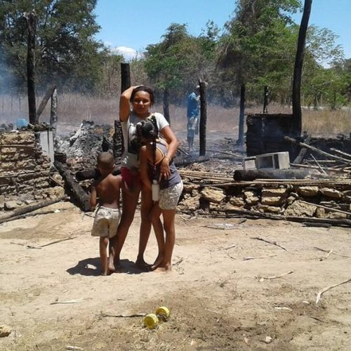 Brincadeira de criança provoca explosão de gás e incêndio destrói casa no interior do PI