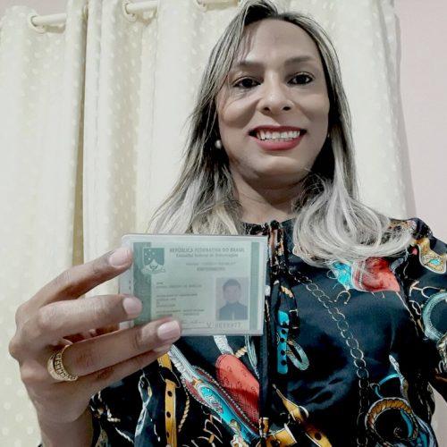 Faltava isso para ter respeito dos meus colegas', diz piauiense 1ª enfermeira trans com nome social na carteira