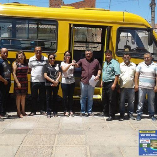 Prefeito Zé Wlisses entrega novo ônibus escolar para a Educação de Simões