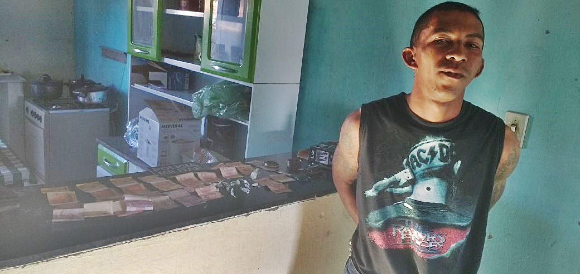 Homem que exibiu arma em rede social é preso com dinheiro e drogas em Jaicós