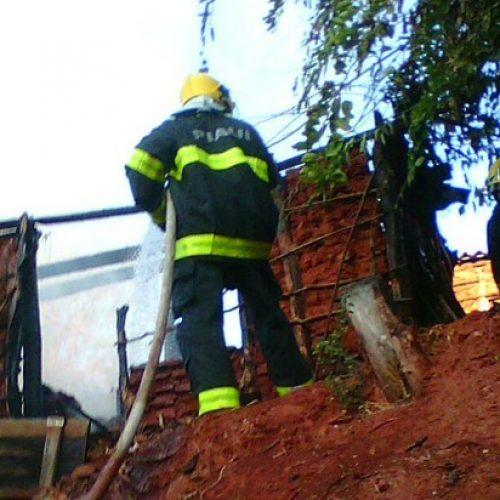 Mulher incendeia a própria casa e ameaça bombeiros com facão em Picos