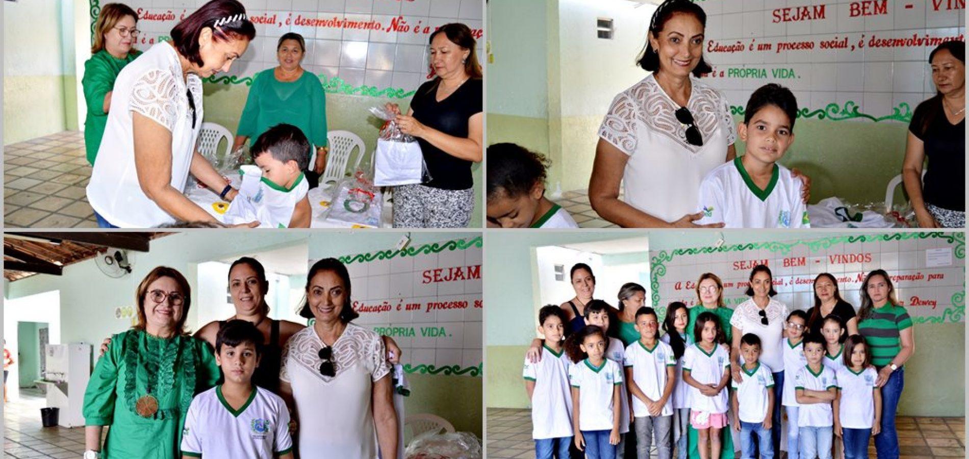 FRONTEIRAS     Prefeita Maria José visita escolas municipais e faz entrega de fardamento escolar