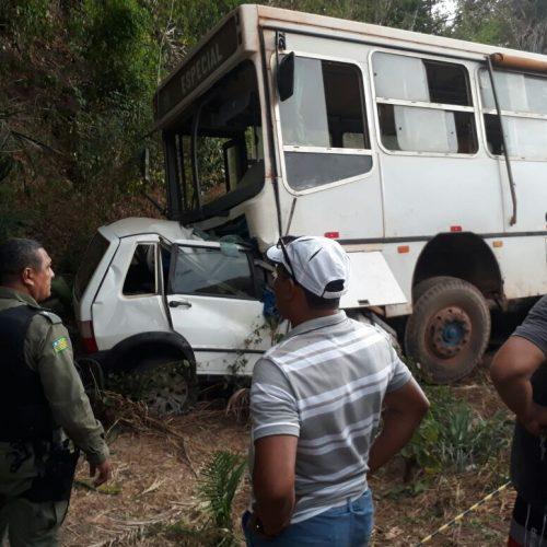 Colisão frontal entre carro e ônibus mata três pessoas no Norte do Piauí