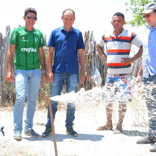 Em Massapê, prefeito Chico Carvalho visita comunidade e acompanha a chegada da água nas torneiras