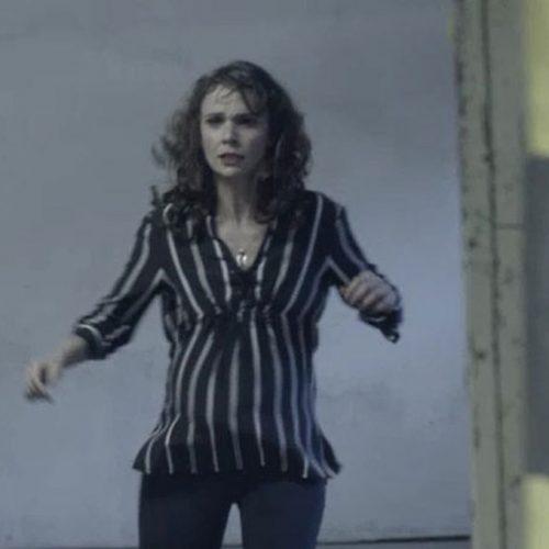 Irene é encurralada, fica cara a cara com Elvira e cai em poço de elevador
