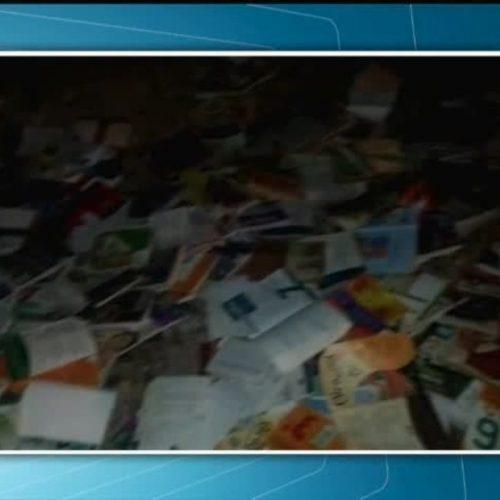Cerca de 800 livros são encontrados jogados em acostamento no Piauí; Polícia investiga o caso