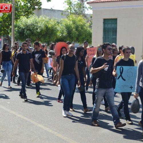 Enfermeiras trocam o branco pelo preto e promovem manifestação no centro de Picos