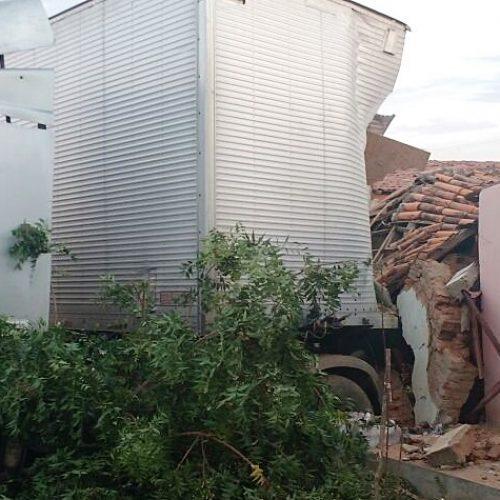 Motorista perde o controle e caminhão invade residência em Francisco Macedo