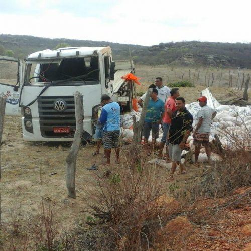 Uma pessoa morre após caminhão tombar próximo a Monsenhor Hipólito