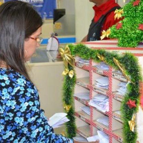 """Campanha """"Papai Noel dos Correios"""" recebe 963 cartinhas de crianças em Picos; Saiba como ajudar"""