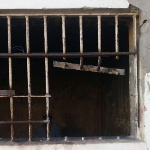 Presos serram grades e fogem em delegacia no Piauí; um prefere ficar