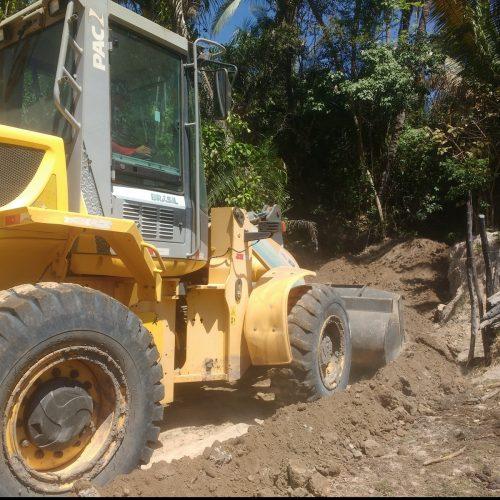 Moradores de comunidades no interior do Piauí reconstroem açude em mutirão