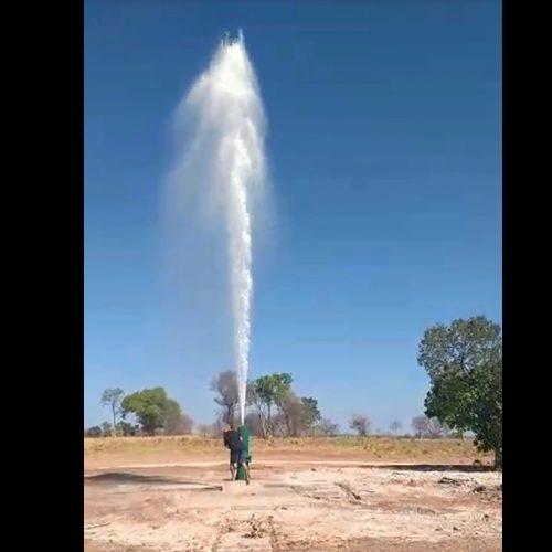 Água é desperdiçada na região da seca. Poços jorram sem parar.