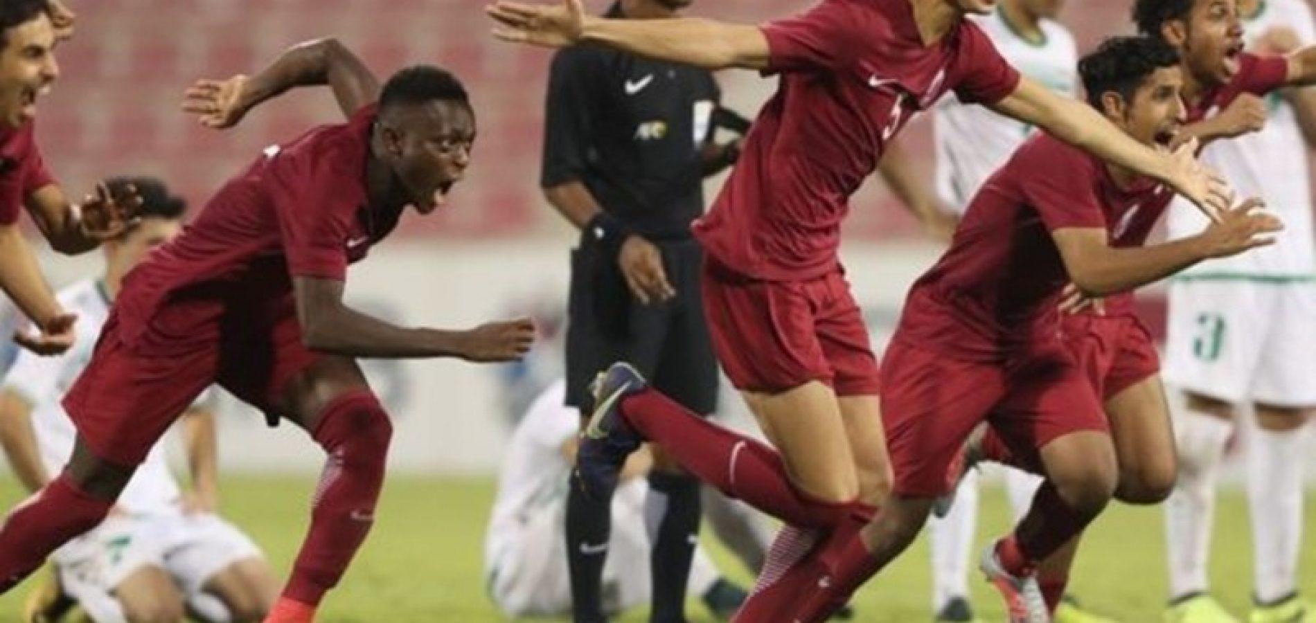 Goleiro é expulso, volante vai para o gol e pega pênalti decisivo; assista o lance