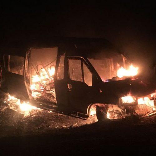 Van com grupo de evangélicos de São Julião desce ribanceira e incendeia na BR 230