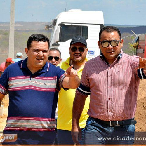 Prefeito Toninho visita obras de pavimentação em Caridade do Piauí; 'Estamos transformando esse bairro', disse
