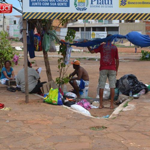 Famílias carentes esperam ajuda em baixo da passarela de Picos