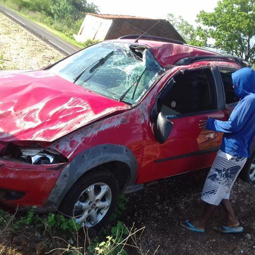 Picape Strada tomba após condutor perder o controle na PI 461 em Massapê do Piauí