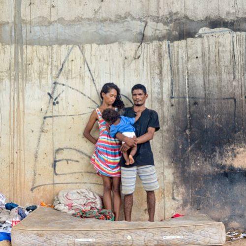 Sem ter para onde ir, casal vive com bebê embaixo de ponte no PI