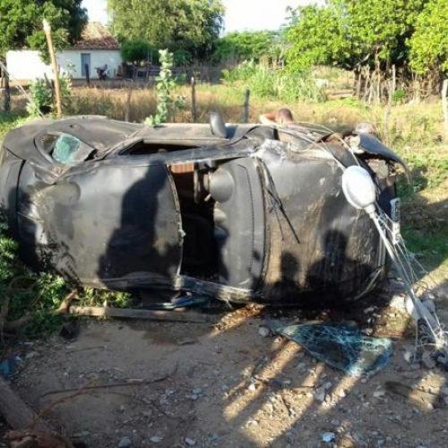 Carro capota e derruba árvores e poste em Sussuapara